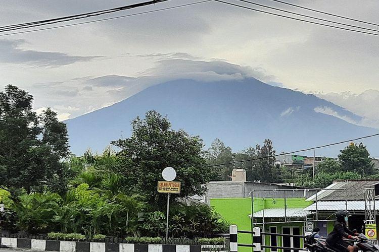 Gunung Arjuno terlihat dari kawasan Dau, Kabupaten Malang pada 1 Maret 2021.