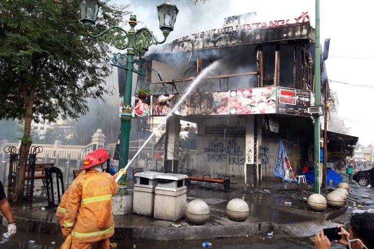 Kondisi restoran dibakar warga