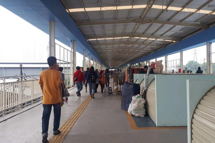 Sejumlah pedagang mulai menempati kios berukuran 2x1,5 meter di jembatan multiguna atau skybridge, Tanah Abang, Senin (10/12/2018).