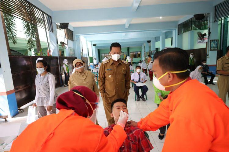 Wali Kota Madiun Maidi memantau siswa menjalani rapid antigen sebelum mengikuti pembelajaran tatap muka, Senin (20/9/2021).