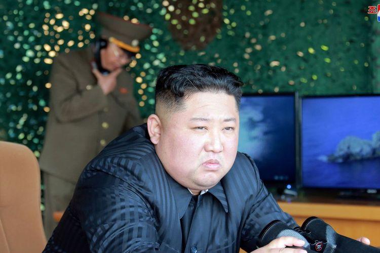 Pemimpin Korea Utara Kim Jong Un ketika menyaksikan uji coba rudal terbaru yang berlangsung pada awal Mei 2019.