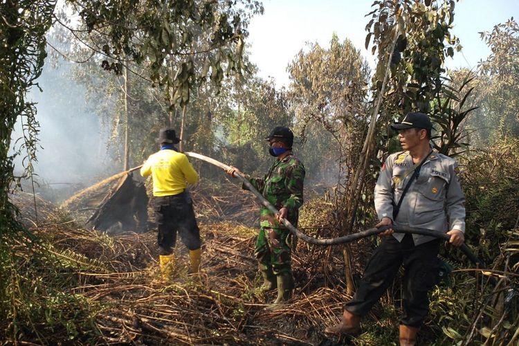 Upaya pemadaman kebakaran hutan dan lahan di Kabupaten Siak, Provinsi Riau.