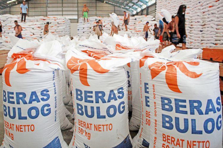Pekerja mengangkut beras impor dari Thailand di gudang Bulog Divre Jatim, Buduran, Sidoarjo, Jawa Timur, Senin (26/2/2018).