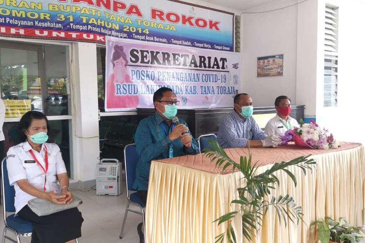 Wakil Bupati Tana Toraja Victor Datuan Batara bersama tim Satgas Covid-19  saat menyapa para tim medis sebelum keluar dari RSUD Lakipadada Tana Toraja, Rabu (29/04/2020)