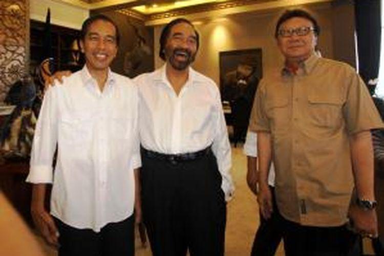 Joko Widodo (kiri), Ketua Umum Partai NasDem Surya Paloh (tengah), dan Tjahjo Kumolo berbincang sebelum mengadakan pertemuan tertutup di Kantor DPP NasDem, Menteng, Jakarta Pusat, Sabtu (12/4/2014).