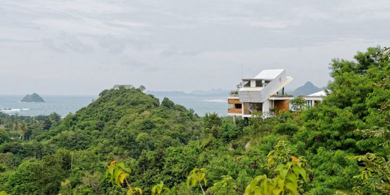 Rumah beratap kontainer yang berada di bukit dan terletak di tepi pantai selatan Lombok, Provinsi Nusa Tenggara Barat.