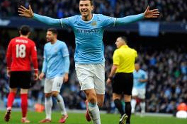 Striker Manchester City, Edin Dzeko, saat merayakan gol pertama timnya ke gawang Cardiff City pada lanjutan Premier League di Etihad Stadium, Sabtu (18/1/2014). City menang 4-2 pada laga tersebut.