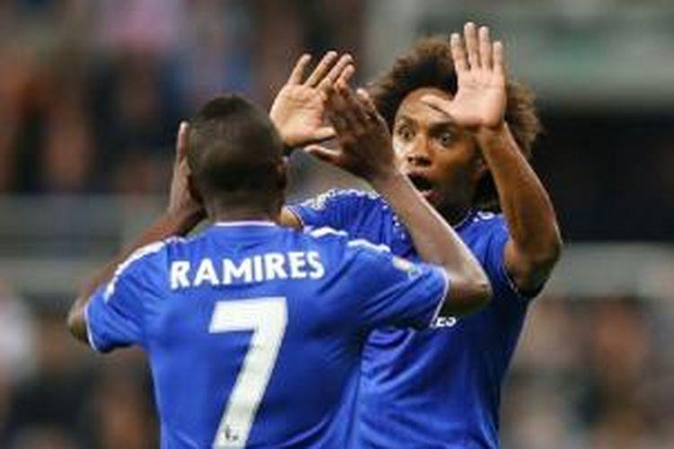 Dua pemain Chelsea, Ramires dan Willian, merayakan gol kedua ke gawang Newcastle United pada laga Premier League di St James Park, Sabtu (26/9/2015).