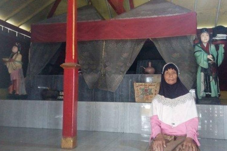 Juru Kunci Makam Sunan Kuning, Siti Komariyah (63) berada di Makam Sunan Kuning, Senin (28/1/2019)