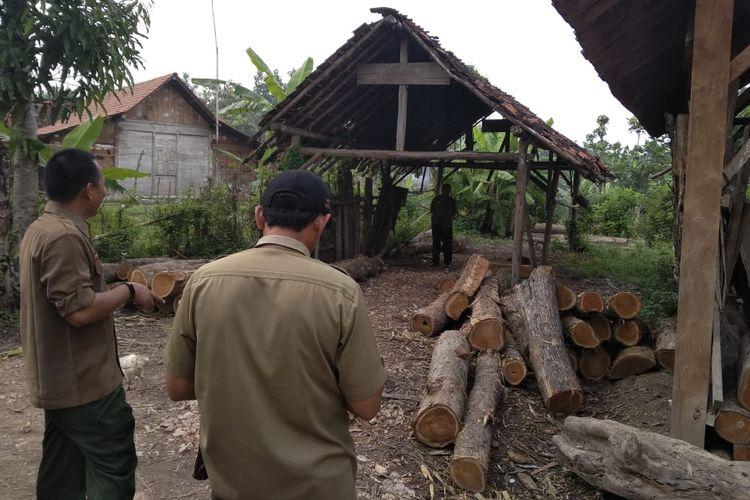 Petugas KPH Cepu, Kabupaten Blora, Jateng menunjukkan kayu hasil illegal logging yang diamankan di wilayah Desa Cabak, Kecamatan Jiken, Blora, Jumat (15/3/2019).