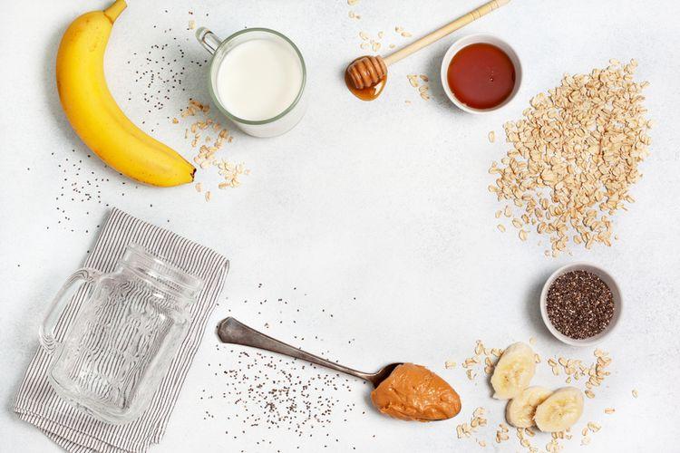 ilustrasi bahan makanan untuk membuat overnight oatmeal.