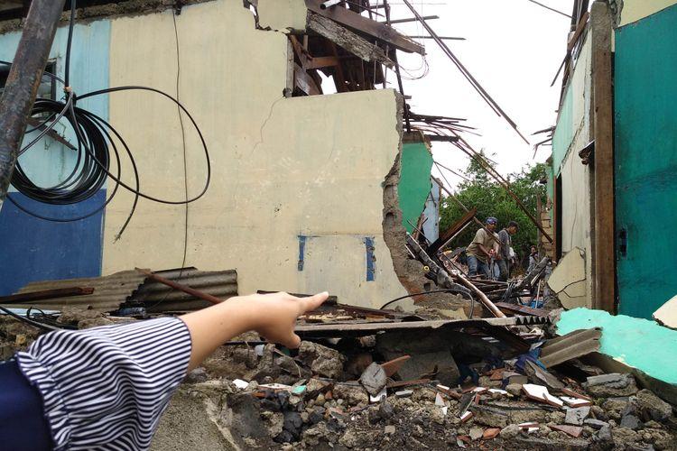 Lis Sugiana pemilik rumah sedang menunjukkan posisi tower saat menimpa rumahnya