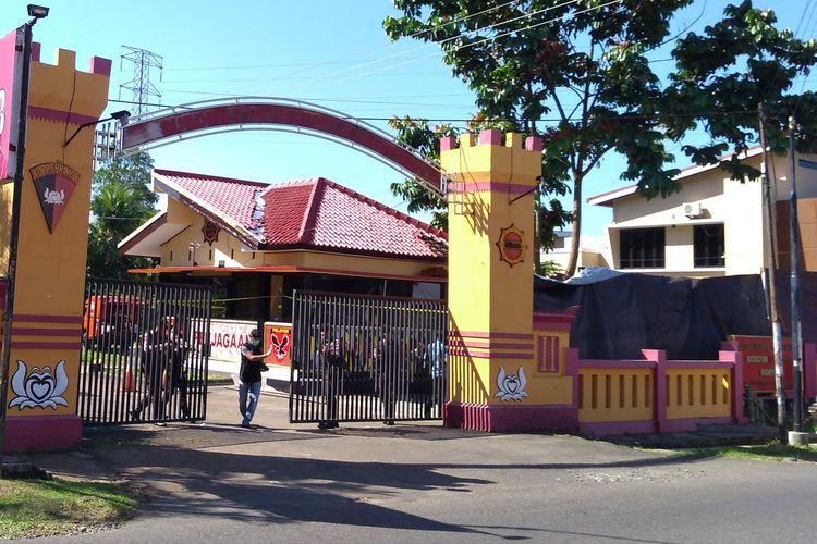Petugas menjaga Mako Brimob Batalyon B Pelopor Kompi 3, Purwokerto, Jawa Tengah, Sabtu (25/5/2019).