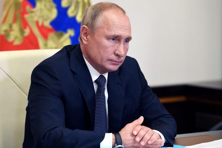 Presiden Rusia Vladimir Putin saat menghadiri konferensi virtual dengan jajaran kabinetnya di Novo-Ogaryovo, Rusia, 11 Agustus 2020.