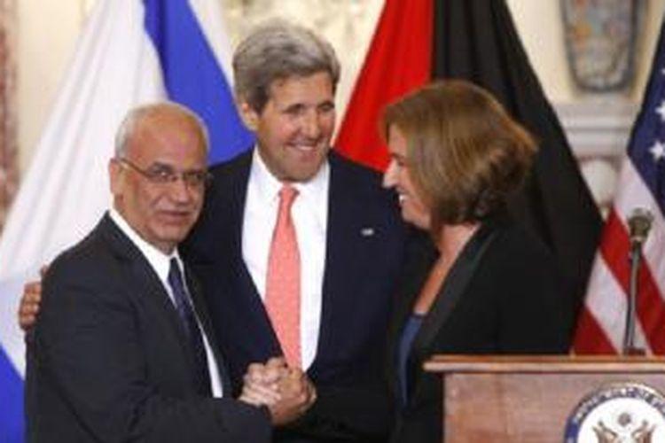 Menlu AS John Kerry (tengah) bersama perunding Israel Tzipi Livni (kanan) dan perunding Palestina Saeb Erakat di Washington (30/7).
