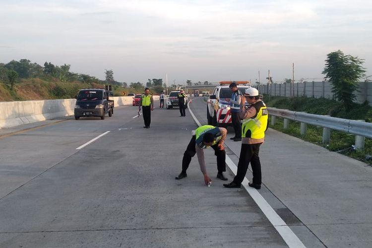 Anggota Satlantas Polres Pasuruan saat melakukan oleh TKP kecelakaan di Tol Pandaan-Malang yang menyebabkan putra alm KH Hasyim Muzadi, H Hilman Wajdi meninggal dunia, Rabu (18/12/2019)