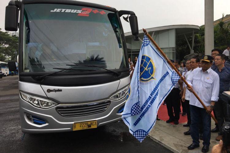 Menteri Perhubungan Budi Karya Sumadi melakukan flag off untuk layanan bus premium di Mal Alam Sutera, Tangerang, Minggu (15/4/2018). Bus premium ini diadakan untuk mengakomodasi pengguna kendaraan pribadi menjelang penerapan paket kebijakan di tol Tangerang-Jakarta, Senin (16/4/2018).