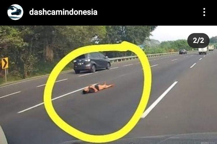 PT Jasa Marga telah menindaklanjuti sebuah video yang memperlihatkan orang berbaring di tengah Jalan Tol Jakarta-Cikampek. Video itu diunggah oleh akun Instagram @dashcamindonesia pada Rabu (21/7/2021) kemarin.