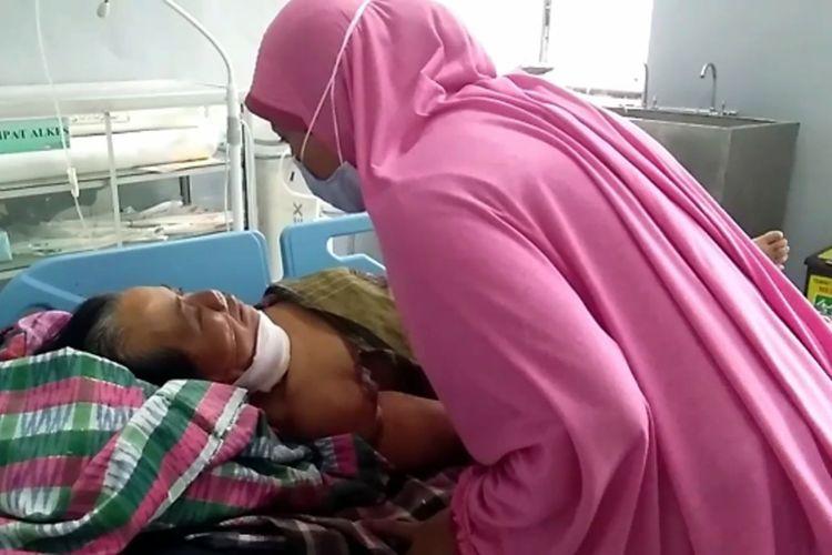 Yunus dirawat di RSUD Polewali Mandar setelah dianiaya istrinya dengan sabit.