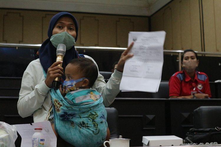Listi Nur Khafifah bersama anak terkecil dari Zulfadli Mursidah, saat menyampaikan keluhan kondisi keluarga kakaknya, dalam hearing di ruang rapat paripurna DPRD Jombang, Jawa Timur, Jumat (17/7/2020).