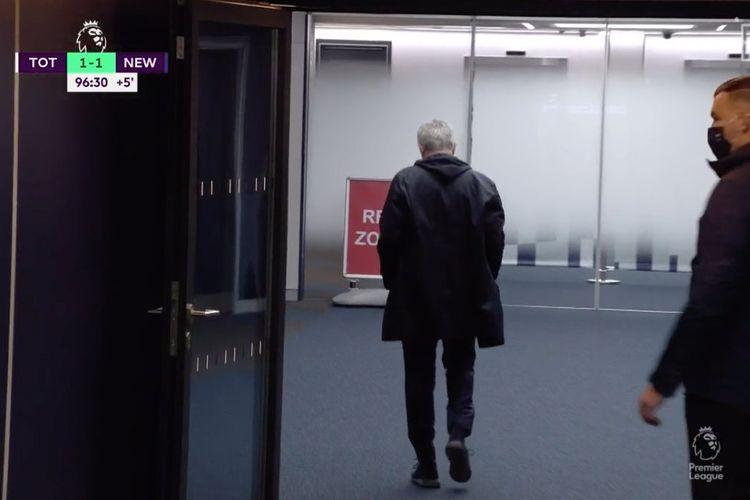 Pelatih Jose Mourinho berjalan menuju ruang ganti Stadion Tottenham sebelum laga Spurs vs Newcastle pada Minggu (27/9/2020) berakhir. Mourinho kecewa atas keputusan wasit Peter Bankes memberi penalti kepada tim tamu pada detik-detik akhir babak kedua.