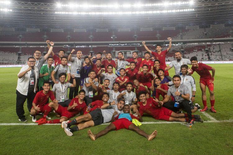Timnas U-16 Indonesia bersama para pelatih merayakan keberhasilan lolos ke putaran final Piala Asia U-16 2020 seusai bermain imbang melawan China di Stadion Utama Gelora Bung Karno, 22 September 2019.