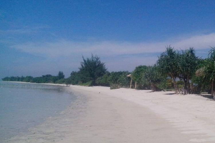 Salah satu pemandangan di pantai Pulau Pari Kepulauan Seribu.  Setiap tahun ada sekitar 200 ribu wisatawan yang datang ke Pulau Pari. Di sini  ada beragam wisata bahari seperti diving, snorkling, jelajah mangrove dan menanam pohon bakau.