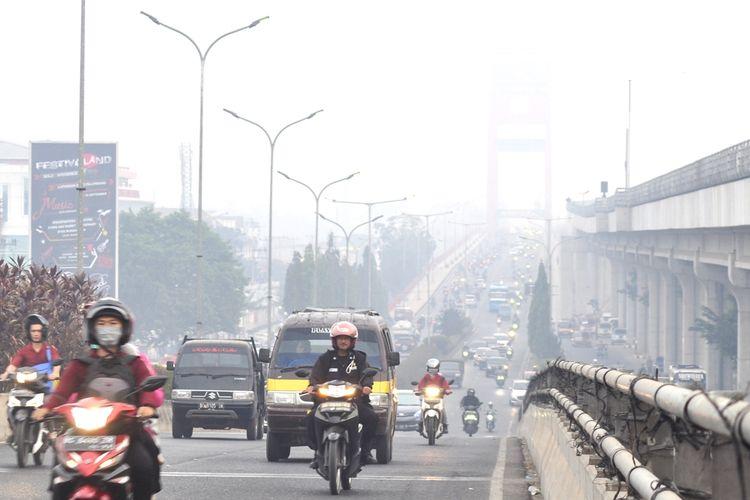 Kabut asap akibat kebakaran hutan dan lahan kembali menyelimuti kota Palembang. Bahkan, kualitas udara di kota tersebut sempat kembali masuk ke level berbahaya.