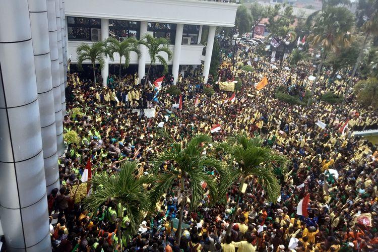 Ribuan mahasiswa Sumbar melakukan aksi demo di DPRD Sumbar tuntut revisi UU KPK dan RKUHP dibatalkan, Rabu (25/9/2019)