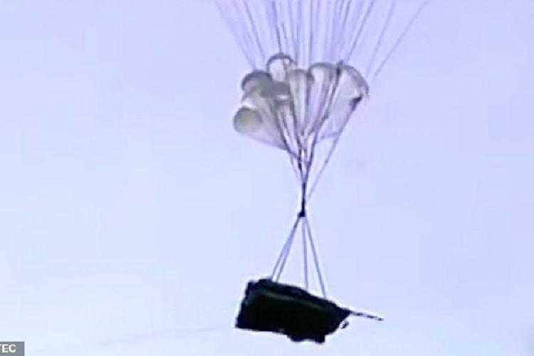 Gambar yang dirilis industri manufaktur Rusia Rostec menunjukkan, tank ringan Sprut-SDM1 ketika terjun dari pesawat kargo menggunakan parasut.