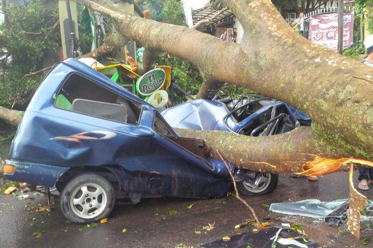 Satu unit mobil tertimpa pohon tumbang di Jalan Rumah Sakit, Sukabumi, Jawa Barat, Rabu (4/4/2018).
