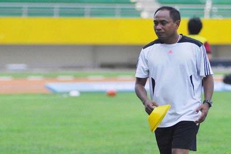Pelatih Sriwijaya FC (SFC), Kas Hartadi memimpin latihan anak buahnya di Stadion Gelora Sriwijaya, Jakabaring Sport City (JSC), Palembang, Rabu (6/3/2013). Sriwijaya Post/Zaini