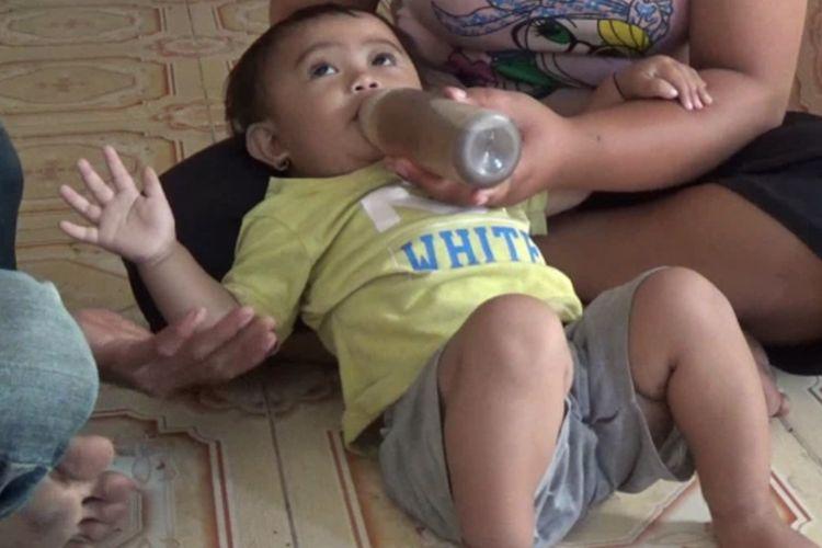 Khadijah Haura, bayi 14 bulan yang terpaksa minum lima gelas kopi tubruk sehari lantaran orangtuanya tak mampu beli susu di Polewali Mandar, Sulbar.