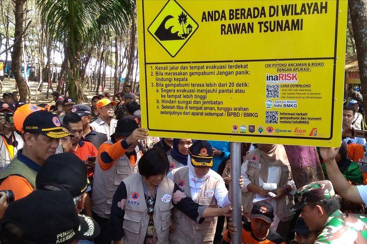 Pemasangan rambu peringatan tsunami di Pantai Laguna Lembupurwo, Kecamatan Mirit, Kabupaten Kebumen, Jawa Tengah, dalam rangkaian Destana Tsunami 2019, Selasa (30/7/2019).