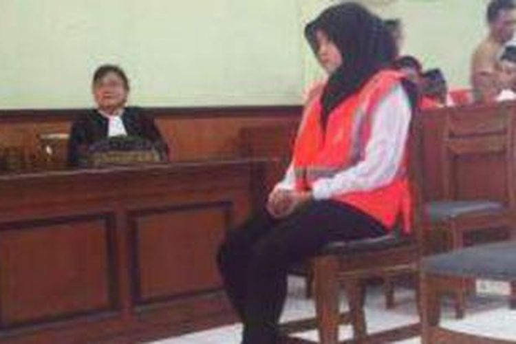Gadis cantik pembawa sabu santai dengan tuntutan 8 tahun penjara. Nita mendengarkan pembacaan pledoi oleh penasihat hukumnya di PN Gresik, Senin (7/10/2013).