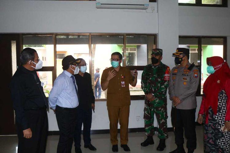 Forkopimda Kota Malang bersama Rektor UB Nuhfil Hanani saat meninjau Rusunawa UB di Kampus 2 UB yang akan dijadikan tempat isolasi pasien Covid-19, Selasa (29/6/2021).