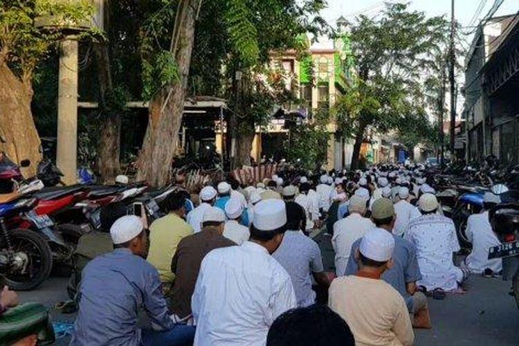 Jamaah satu Masjid di Kelurahan Pondok Bambu saat menggelar Salat Id berjemaat di Duren Sawit, Jakarta Timur, Minggu (24/5/2020).