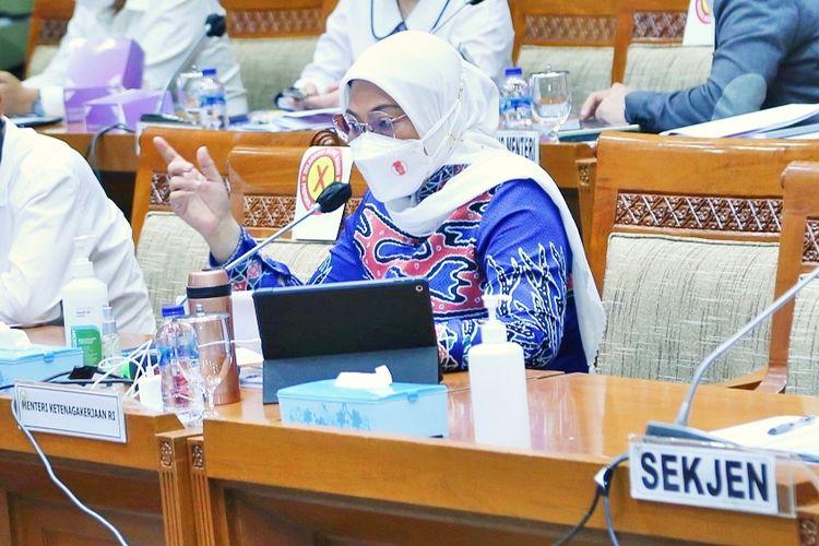 Menteri Ketenagakerjaan (Menaker) Ida Fauziyah dalam rapat kerja (raker) yang dipimpin oleh Wakil Ketua Komisi IX DPR Anshory Siregar, di Komplek Parlemen Senayan, Jakarta, Selasa (24/8/2021).