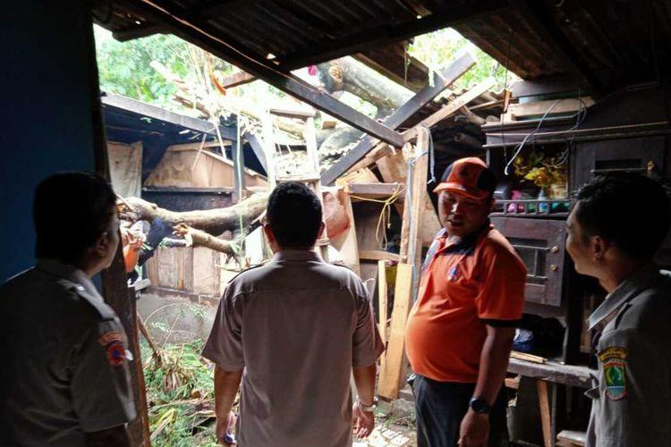 Petugas BPBD Karawang tengah melakukan assesment dampak terjangan puting beliung di Kecamatan Cilebar, Karawang, Selasa (18/2/2020).
