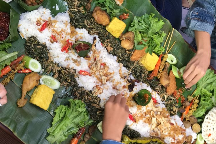 Nasi liwet yang dimakan bersama-sama, dalam adat sunda biasa disebut bancakan.