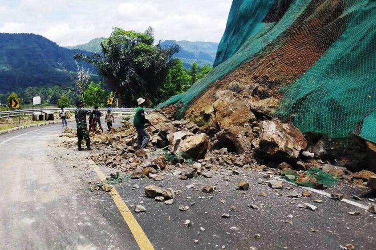 Tebing tanjakan Mala di Kecamatan Naringgul, Kabupaten Cianjur, Jawa Barat yang longsor sebagian, Minggu (12/01/2020) dan sempat menutup sebagian badan jalan.