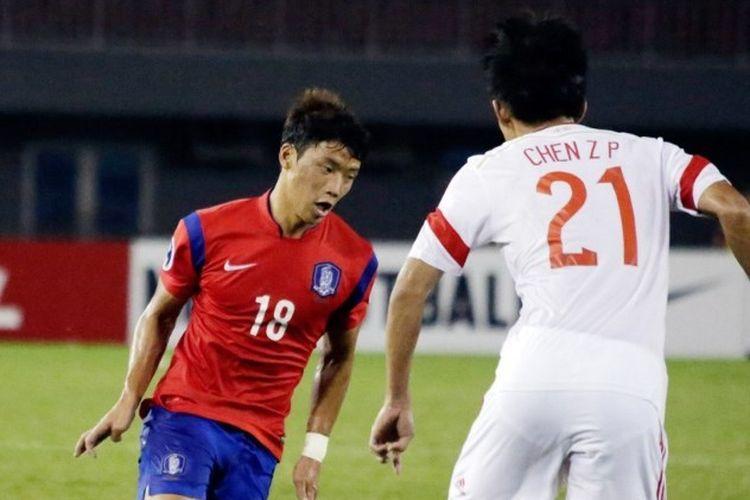 Aksi pemain Red Bull Salzburg, Hwang Hee-Chan yang membela timnas Korea Selatan kontra China dalam AFC U-19 Championship diNay Pyi Taw, Myanmar, 11 Oktober 2014.