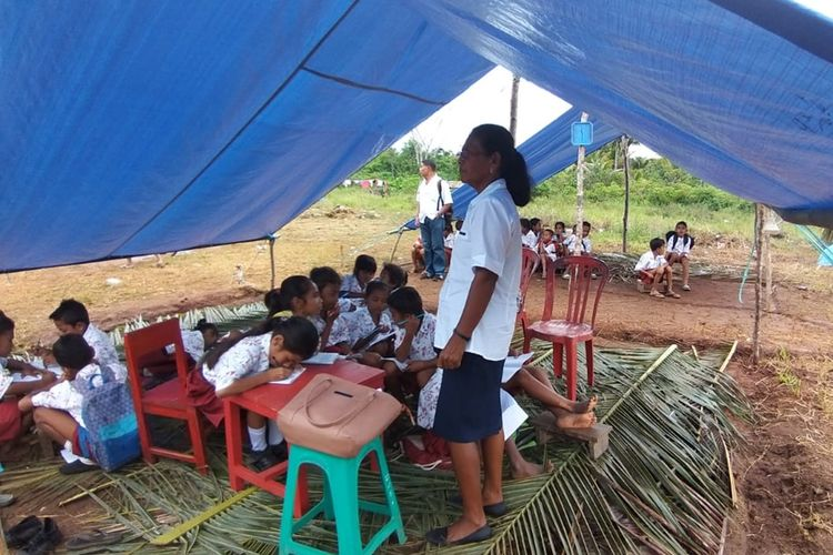 anak-anak pengungsi korban gempa di  Desa Oma, Kecamatan Pulau Haruku, Kabupaten  Maluku Tengah belajar di tenda darurat di lokasi pengungsian desa tersebut, Jumat (18/10/2019)