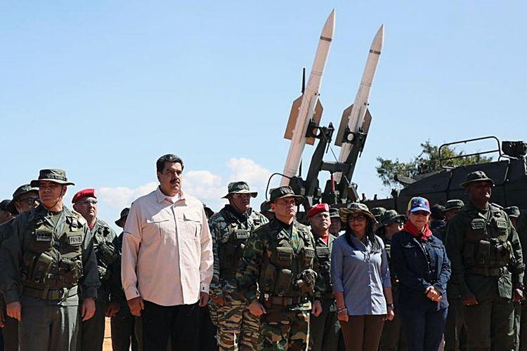 Gambar yang dirilis oleh Kantor Pers Kepresidenan Venezuela menunjukkan Presiden Nicolas Maduro (baju putih) bersama Menteri Pertahanan Vladimir Padrino (paling kiri), dan petinggi militer lain menghadiri latihan perang di Fort Guaicaipuro di Negara Bagian Miranda pada Minggu (10/2/2019).