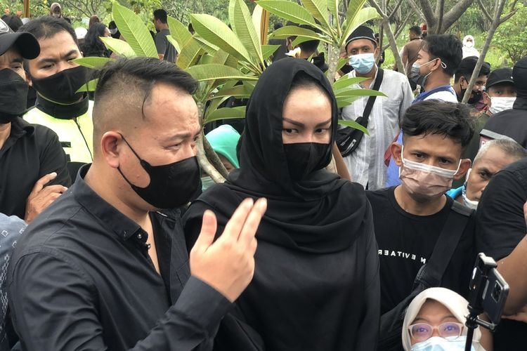 Vicky Prasetyo dan Kalina di TPU Ulujami, kawasan Jakarta Selatan, Selasa (11/5/2021).