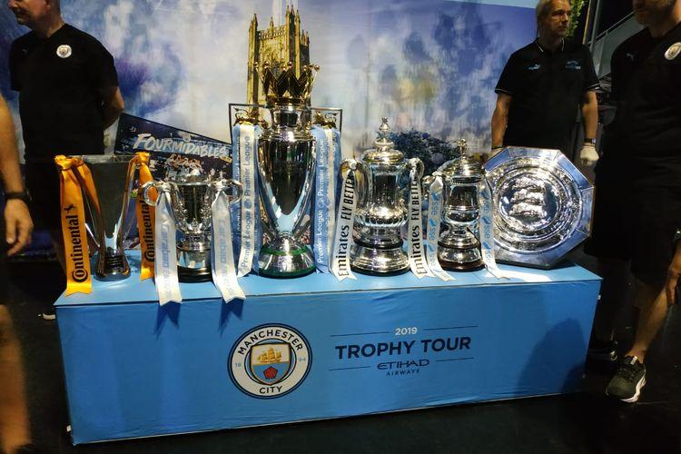 Manchester City memboyong enam trofi mereka ke Indonesia.