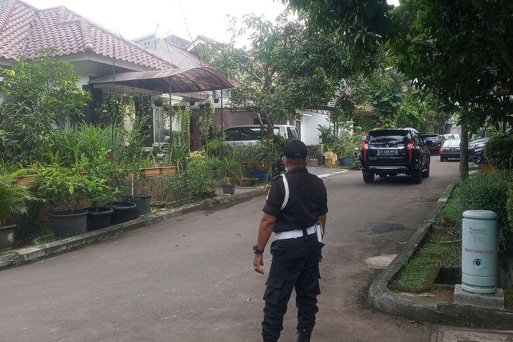 Penangkapan seorang pria AYR (42) terduga teroris oleh Detasemen Khusus (Densus) 88 Antiteror Polri menghebohkan warga Perumahan Mutiara Sentul Estate Blok O No.17 RT 001/ RW 010 Kelurahan Nanggewer, Kecamatan Cibinong, Kabupaten Bogor, Jawa Barat pada Rabu (18/11/2020).