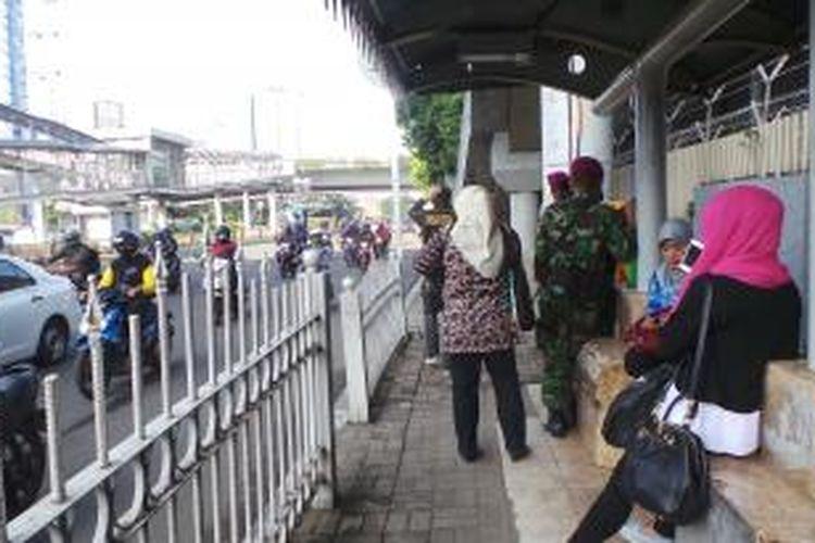 Penumpang di Halte Timah Jalan Rasuna Said Jakarta Selatan terlantar akibat penumpukan jalan. Rabu (22/4/2015).