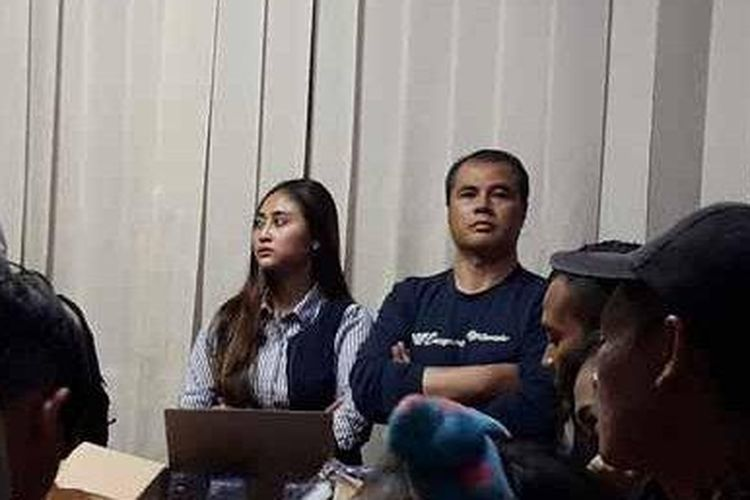 Aceng Fikri saat diboyong oleh Satpol PP Kota Bandung dari hotel yang ada di Jl Lengkong Kota Bandung bersama istrinya, Kamis (22/8/2019) malam.