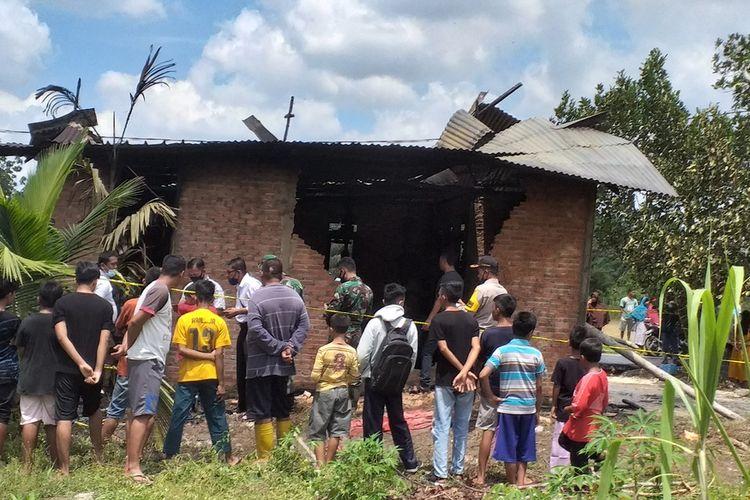 Petugas kepolisian dibantu TNI melakukan olah tempat kejadian perkara (TKP) pasca kebakaran rumah yang menewaskan seorang bayi berusia tiga tahun di Jalan Pembina II, Kelurahan Lembah Sari, Kecamatan Rumbai Timur, Kota Pekanbaru, Riau, Senin (8/3/2021).